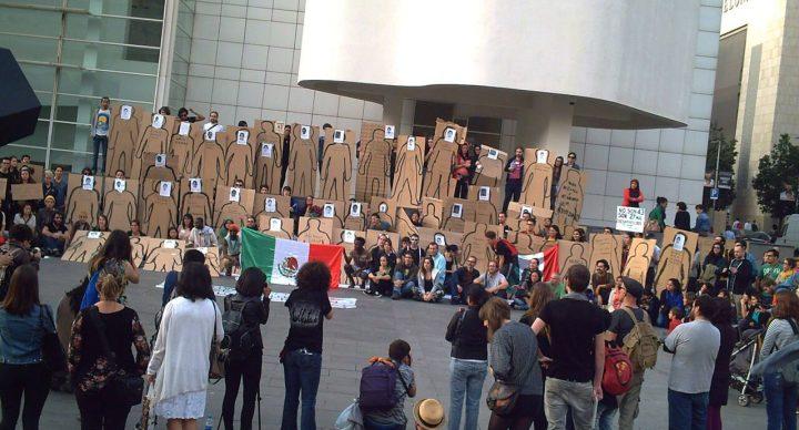 A2 Kartró con los 43 estudiantes desaparecidos de Ayotzinapa